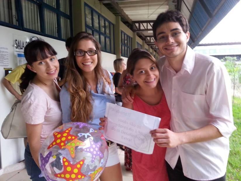 Vitória Martins, Letícia Souza Manzi, Rebeka Miquelutti e Klaus Aires Alvez, os vencedores do III Desafio Hora Extra. (Yago Braccialli também faz parte da equipe, mas não está na foto)
